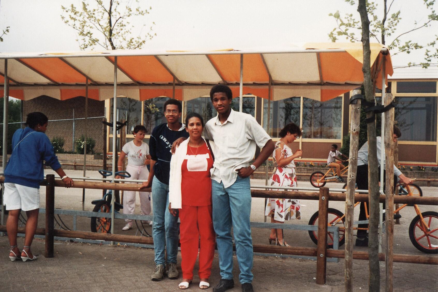 Joyce, Oscar, mama & Gil ('82)