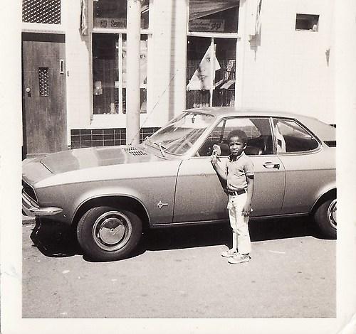 Gilbert poserend bij de auto ('74)